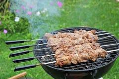 Schweinefleischgrill oder -Kebab auf dem Metall haftet Lizenzfreies Stockfoto