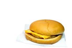 Schweinefleischkäseburger und -pommes-Frites in einem roten Kasten auf einem weißen BAC Stockfoto