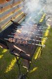 Schweinefleischkebab auf Aufsteckspindeln auf dem Grill Lizenzfreie Stockbilder
