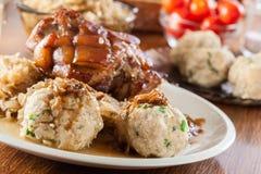 Schweinefleischknöchel mit gebratenem Sauerkraut stockfotografie