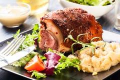 Schweinefleischknöchel mit gebratenem Sauerkraut lizenzfreie stockfotos