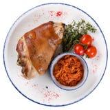 Schweinefleischknöchel mit Tomaten und Sauerkraut stockfoto
