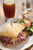 Schweinefleischkotelettsandwich mit Eistee Lizenzfreies Stockfoto