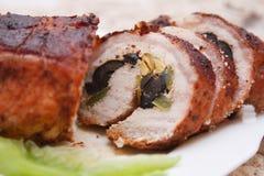 Schweinefleischrolle mit Oliven Stockbild