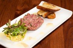 Schweinefleischsandwich und -salat Lizenzfreie Stockfotos