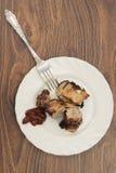Schweinefleischscheiben in einer weißen Platte Stockfotos