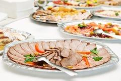 Schweinefleischscheiben sortiert auf silberner Platte Stockbild