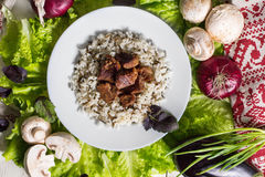 Schweinefleischstücke mit einem Schmückung vom Naturreis Stockfoto