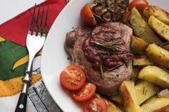 Schweinefleischsteak mit Kartoffel Lizenzfreie Stockfotos