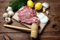 Schweinefleischsteak und -holzhammer Lizenzfreie Stockbilder