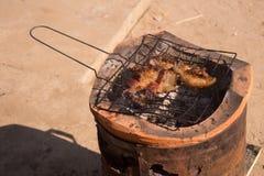 Schweinefleischsteakfleisch auf Grill lizenzfreie stockfotografie