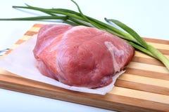 Schweinefleischsteaks mit Fett Fleisch ist auf hölzernem Brett mit Gewürz als Pfeffer und grüne Frühlingszwiebel Bereiten Sie für lizenzfreie stockbilder