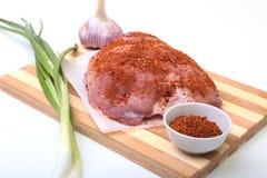 Schweinefleischsteaks mit Fett Fleisch ist auf hölzernem Brett mit Gewürz als Pfeffer und grüne Frühlingszwiebel Bereiten Sie für stockfotos
