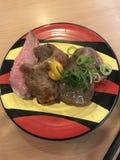 Schweinefleischsushi und -käse in Japan stockfotografie