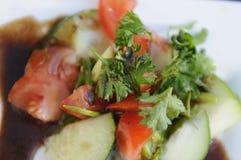 Schweinekotelett, Petersilienschüssel und Gemüse Stockfotografie