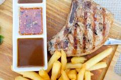 Schweinekotelett-Steak BBQ gegrillt mit der Kartoffel gebraten lizenzfreie stockfotografie