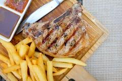 Schweinekotelett-Steak BBQ gegrillt mit der Kartoffel gebraten lizenzfreie stockfotos
