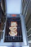 Schweinekoteletts, die auf dem Grill grillen lizenzfreies stockbild