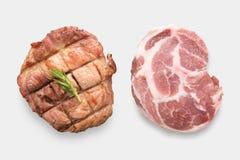 Schweinekotelettsteak des Modells rohes und gegrilltes Schweinekotelettsteak gesetztes isola Stockfotos