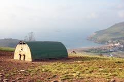 Schweinhütte auf Ackerland nahe dem Meer Lizenzfreies Stockbild