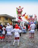 Schweinkrankenschwester im Paradefloss während des Karnevals stockfotos