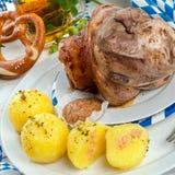 Schweinshaxe - костяшка свинины на баварце Стоковая Фотография