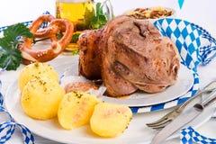 Schweinshaxe - articulation de porc sur le Bavarois Image libre de droits