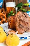 Schweinshaxe - nudillo del cerdo en Bavarian Imagen de archivo