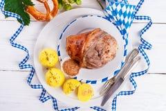 Schweinshaxe - nudillo del cerdo en Bavarian Fotos de archivo