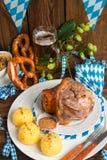 Schweinshaxe - nudillo del cerdo en Bavarian Foto de archivo