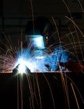Schweissen in der Fabrikationsanlage Stockfotografie
