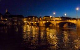 Schweiz Basel, UPPLYST mellersta BRO ÖVER Rhine River B Arkivbild