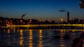 Schweiz Basel, UPPLYSTA BYGGNADER VID Rhine River MOT Royaltyfri Bild