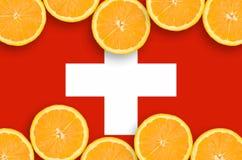 Schweiz flagga i citrusfruktskivahorisontalram arkivfoto