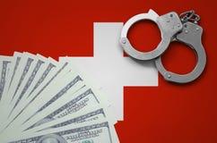 Schweiz flagga med handbojor och en packe av dollar Begreppet av olagliga bankrörelseoperationer i USA-valuta fotografering för bildbyråer