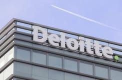 Schweiz; Genève; Mars 9, 2018; Deloitte taklägger teckenbrädet; De royaltyfria foton