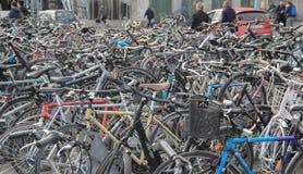 Schweiz; Genève; Mars 9, 2018; Parkerade cyklar i staden Arkivbild