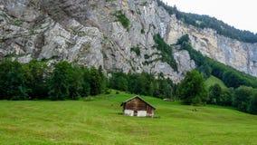Schweiz Lauterbrunnen, BYGGD STRUKTUR PÅ FÄLT MOT MOU arkivbilder