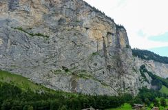 Schweiz Lauterbrunnen, FOLK som GÅR PÅ BERGVÄGEN Royaltyfri Fotografi