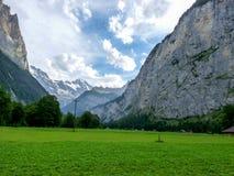 Schweiz Lauterbrunnen, SCENISK SIKT AV FÄLT OCH BERG A Royaltyfria Foton