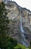 Schweiz Lauterbrunnen, SCENISK SIKT AV VATTENFALLET arkivfoto