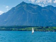 Schweiz Lauterbrunnen, SEGELBÅT I HAVET MOT BERG royaltyfri fotografi