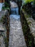 Schweiz Lauterbrunnen, SIKT AV VATTENFALLET LÄNGS VÄGGEN Arkivfoto