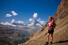 Schweiz - Matterhorn peack, fotvandrare Arkivfoton