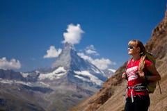 Schweiz - Matterhorn peack, fotvandrare Royaltyfria Bilder