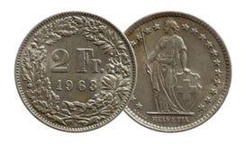 Schweiz schweiziskt mynt 2 tv? silver f?r franc som 1963 isoleras p? vit bakgrund arkivbild