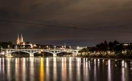 Schweiz sikt på floden Rhein på Baseln vid natt royaltyfria foton