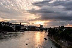 Schweiz sikt på floden Rhein på Baseln vid solnedgång arkivfoto