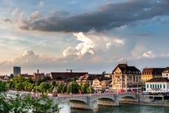 Schweiz sikt på mittlerebruecken på floden Rhein i Basel Royaltyfri Fotografi