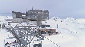 Schweizare övervintrar den Slowmotion antennen 4k för stolelevatorn LAAX lager videofilmer